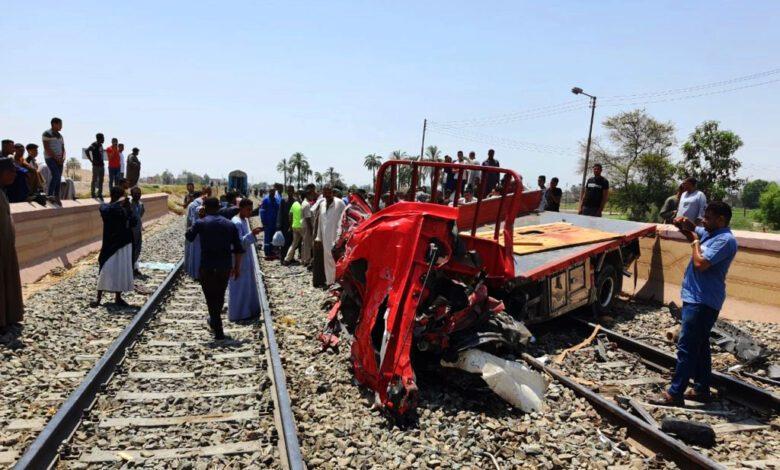 بالفيديو، حادث اصطدام سيارة نصف نقل بقطار روسي بمزلقان الجزيرة بقنا
